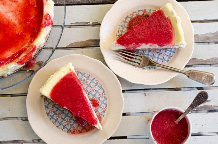 עוגת גבינה אפויה עם תותים (אפשר ללא גלוטן)