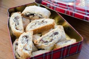 עוגיות מגולגלות במילוי תמרים ואגוזים