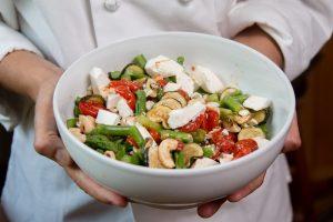 סלט אספרגוס, זוקיני, עגבניות שרי, קשיו וגבינת פטה